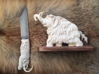 Нож Мамонт (Нерж. дамаск, резная рукоять и подставка из рога лося)