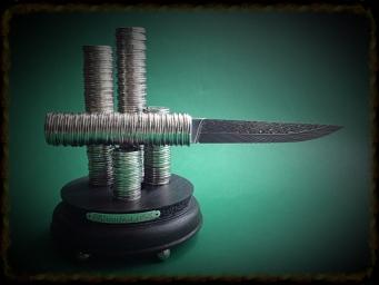Нож из монет (446 монет, изумруд)